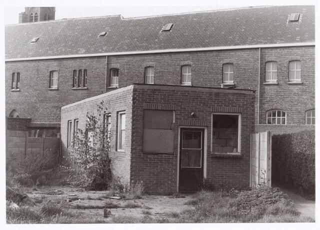 016766 - Achterzijde van slooppanden aan de Buitenstraat. Op de achtergrond het Clarissenklooster, gelegen aan de Lange Nieuwstraat