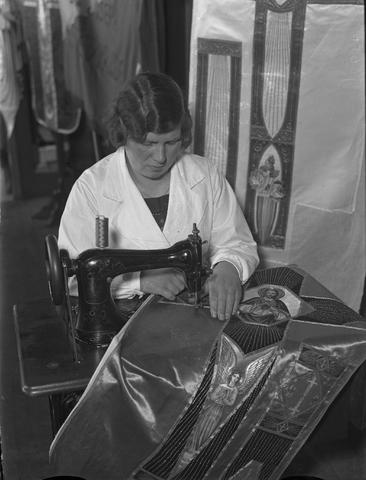 652139-bew - Dame aan het werk in het naaiatelier.  Kerkelijke kleding.  Vermoedelijk het atelier voor kerkelijke kunst van J.A. Verbunt.
