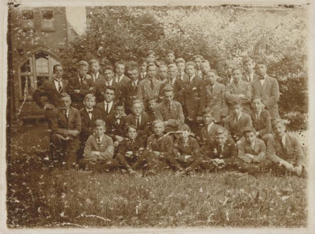 655498 - De St. Joseph's Missionary Society, ook bekend als Missionarissen van Mill Hill, is een gemeenschap van apostolisch leven binnen de Rooms-Katholieke Kerk. Het moederhuis van deze missionarissen staat nog steeds in Maidenhead,  Mill Hill, een wijk in Groot-Londen. Op 15 augustus 1866 richtte Herbert Vaughan(1832-1903), die later kardinaal-aartsbisschop van Westminster zou worden. deze gemeenschap op.  Op de foto de seminaristen van de derde klas.