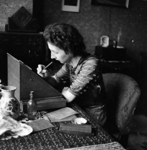 650389 - Schmidlin. Betsy Schmidlin-Sellen retoucheert glasplaatnegatieven in haar woonkamer aan het Wilhelminapark.