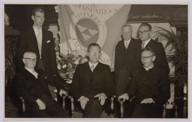 041288 - Jubileum. Viering van het 75-jarig bestaan van de R.K. Schilderspatroonvereniging Kunst en Vooruitgang in de Looiersbeurs aan de Heuvel op 10 oktober 1955. Het bestuur: Gust Franken, Jan Ghering, Gerrit Smid, Frans Mertens, Frans Kokke en B. Lammers geestelijkadviseur.