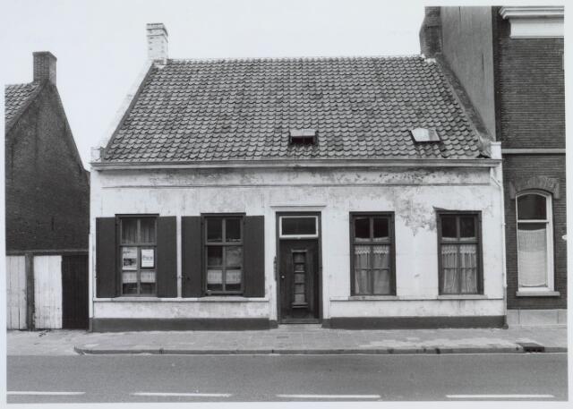 019493 - Pand Goirkestraat 109, in 1872 gebouwd in opdracht van Nicolaas Pessers. In 1898 werd het gekocht door de firma Willem Vos & Co met ruim 12 are grond en bijgebouwen voor fl. 7100,-. Het werd achtereenvolgens bewoond door de familie Willem Vos - v.d. Pluijm (tot 1916) en de familie Antoon Vos - Ooms (tot 1953). In 1974 werd het onteigend wegens failissement van de firma, waarna er studenten in werden gehuisvest