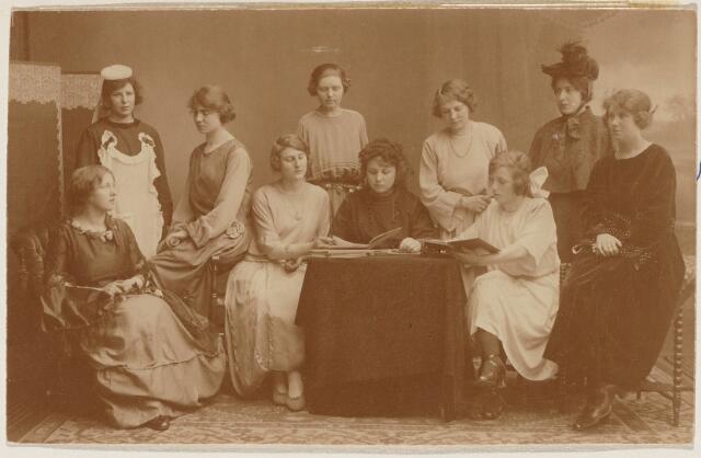 100738 - vlnr: Betsy de Both, C. Speekenbrink, Annette van der Made, J. Brandel, Nelly Schoenmakers, Justine Barel, Bertha van Etten, Lucy Biemans, Anna Oomen, Jacoba Sips.