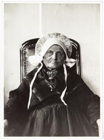 008496 - Annekee van Gorp (Anna Cornelia van Pelt), geboren Tilburg 14-7-1805, overleden Tilburg 19-7-1907, gefotografeerd door Henri Berssenbrugge (1873-1959) op haar 100e verjaardag op 14 juli 1905. Dochter van Waltherus van Pelt en Getrudis Kruijsen, gehuwd geweest met Bernard van Gorp. Woonde in een weverswoning aan de Reitse Hoevenstraat.