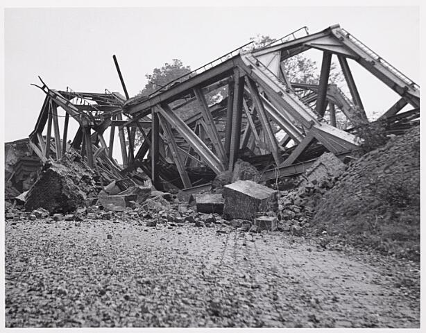 012327 - Tweede Wereldoorlog. Vernielingen. Om het vervoer per spoor voor de geallieerden onmogelijk te maken, bliezen de Duitsers tijdens hun terugtocht de spoorbrug nabij de Bosscheweg op