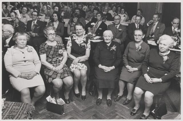 082191 - Vakverenigingen. Het jubilerende K.V.O. Rijen met haar 6 jubilarissen. Links wethouder A.D. Noij, mevr. Havermans,
