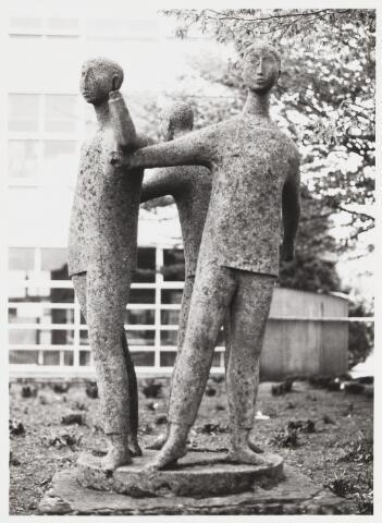 067667 - DRIE KINDEREN IN EEN KRING. Beeldengroep in edelbeton van de Tilburgse kunstenaar Hans CLAESEN (1925-1995). Zie foto 67665  Trefwoorden: Kunst in de openbare ruimte. Onderwijs.