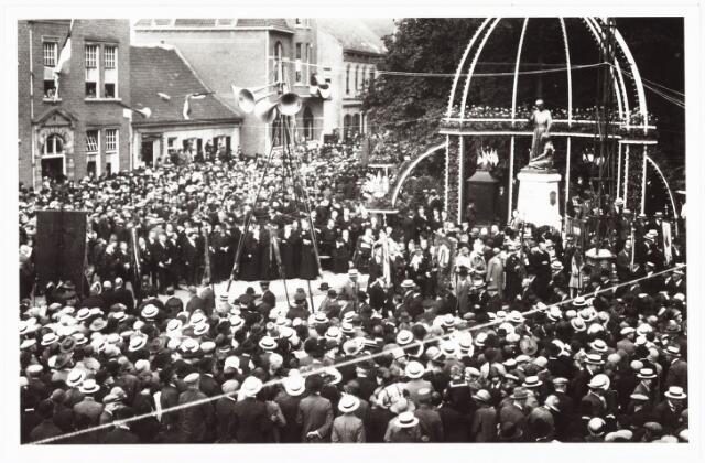 008949 - Plechtige onthulling Petrus Donders monument aan het Wilhelminapark.