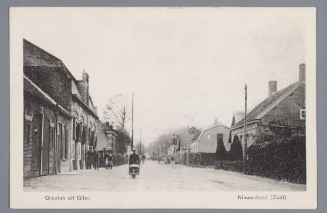 057932 - Gilze, omstreeks 1919. Links herberg Vermeulen gebouwd in 1913/1914 (nr. 50 in 1972) daarnaast woonhuis van L.de Jongh (nr.44 in 1972) gebouwd in 1906. Rechts op de achtergrond met windmolen looierij van A. de Vet. (nr. 33 in 1972).