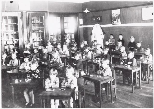 051011 - Basisonderwijs.  Klassenfoto kleuterschool.