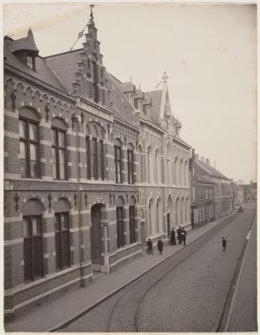 101760 - De Arendstraat in oostelijke richting;Links op de voorgrond het broederhuis met school, daarnaast het weeshuis later patronaat; op de plaats van het patronaat staan nu 3 winkels