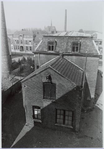 019232 - Textielindustrie. Kantoor van de voormalige wollenstoffenfabriek C. Mommers. Op de achtergrond de Hasseltse kerk