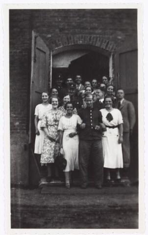 008873 - Bedevaart Tilburg-Kevelaer, 1935 (foto Hitlerkamp) Mevr. R. Vos met witte jurk tegen deur.