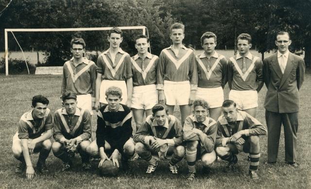 800125 - Sport. Voetbal. Voetbalvereniging R.K.S.V. Taxandria in Oisterwijk. Tweede elftal jeugd, kampioen in 1958-1959.