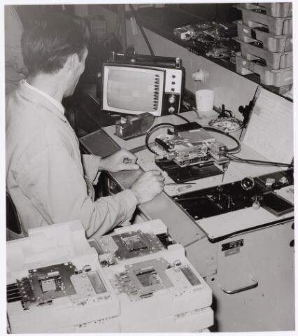 039065 - Volt. Zuid. Productie, fabricage van kanalenkiezers of televisie tuners rond 1970. Locatie gebouw C. Hier de eindcontrole door Hans Meijs van de gereed zijnde drukknop tuner op eigenschappen.