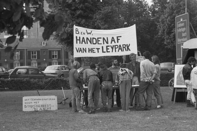 TLB023002629_002 - Handen af van het Leypark. Demonstratie tijdens het Derde-Wereldfestival tegen de plannen om van het Leijpark (ontwerp van Leonard Springer) een bouwlocatie voor luxe villa's te maken. Met onder andere Goverdina  Vermeer-van Herwaarden.