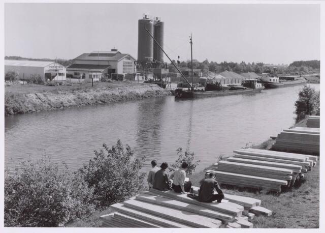 018997 - Het lossen van schepen bij de loswal van de firma Van Vliet & Van Dulst op Industrieterrein-Noord