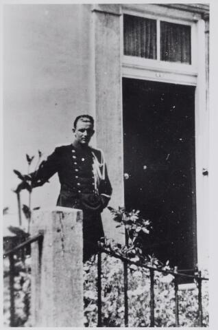 045648 - WO2 ; WOII ; Marechaussee Huub Meeuwisse tijdens de Tweede Wereldoorlog poserend voor de kazerne in de Bergstraat.