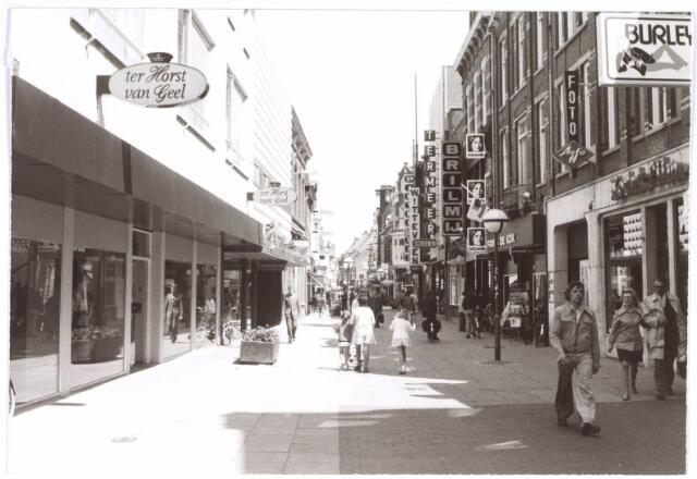 021770 - Winkels. Heuvelstraat gezien in de richting van de Heuvel.