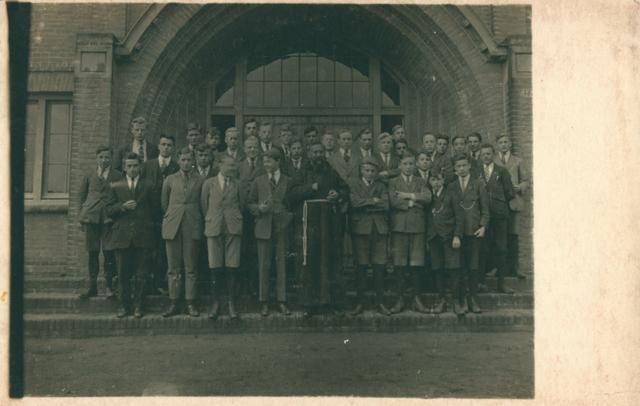 655500 - De St. Joseph's Missionary Society, ook bekend als Missionarissen van Mill Hill, is een gemeenschap van apostolisch leven binnen de Rooms-Katholieke Kerk. Het moederhuis van deze missionarissen staat nog steeds in Maidenhead,  Mill Hill, een wijk in Groot-Londen. Op 15 augustus 1866 richtte Herbert Vaughan(1832-1903), die later kardinaal-aartsbisschop van Westminster zou worden. deze gemeenschap op.