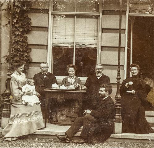 653557 - Villa Geldersch Hof. V.l.n.r. Josefa Diepen-Sträter (met Leonie Diepen), Josef Terwindt, notaris te Arnhem, Anna Sträter, Willem Bahlmann, Maria Terwindt-Sträter. Onder op de stoep zit Rudolf Diepen. (Origineel is een stereofoto.)