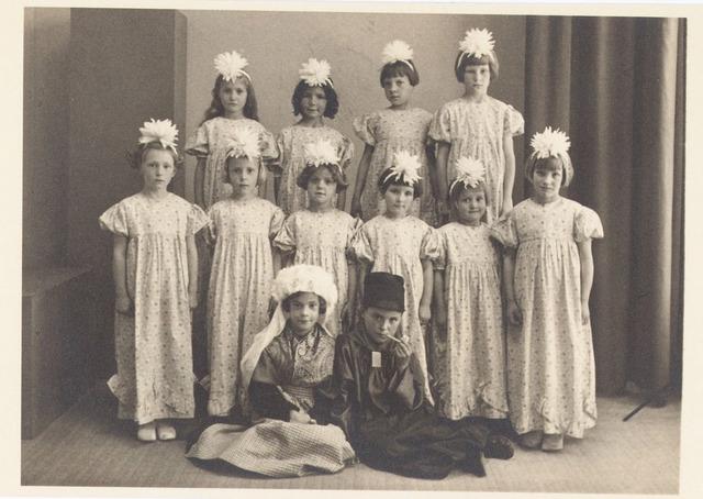650417 - Schmidlin. Leerlingen van de Meisjesschool st. Vincentius. De school stond onder leiding van de zusters van liefde van O.L. Vrouw Moedr van Barmhartigheid. De meisjes werden gefotografeerd ter gelegenheid van een 'zusterfeest', 1938