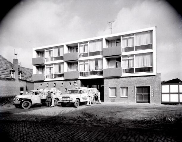 650553 - Schmidlin. Handelaar in granen, veevoeders en pluimveedeskundige firma Van Iersel-De Beer aan de Boomstraat 161, jaren vijftig.