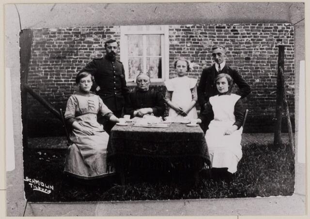 084253 - Mobilisatie 1914-1918. V.l.n.r. Cornelia Johanna Baeten, soldaat onbekend, Elisabeth Kerremans, Anna Baeten, Christiaan Joseph Baeten, Agnes Baeten