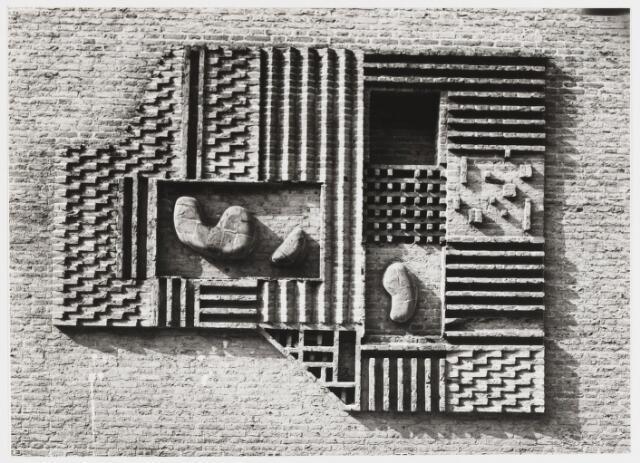 067810 - Détail van een non-figuratief BAKSTEENRELIËF van Luc van HOEK (Tilburg 1910-Goirle 1991) aangebracht op de zijkant (zuidzijde) van het nieuwe kantongerecht aan het Stadhuisplein / hoek Mgr Zwijsenstraat. Zie foto 67809
