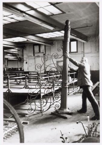038156 - Hekwerk aan de goirkestraat t.b.v. Aarts bouwwerken. Het hek is afkomstig van textielfabriek Pieter van Dooren.