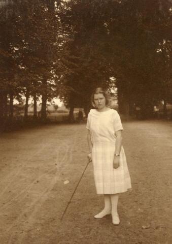 600693 - Jkvr. MARY J.A.E VERHEYEN (1883-1927) was een verwoed amateur-fotografe. Zij en haar zwager Olivier van Stratum maakten o.m. veel foto's van kasteel en plaats Loon op Zand en de omgeving. Mary Verheyen trouwde met de Bossche advocaat en procureur mr. Georges Marie Joseph Kolfschoten (1875-1955)  Kasteel Loon op Zand. Families Verheyen, Kolfschoten en Van Stratum