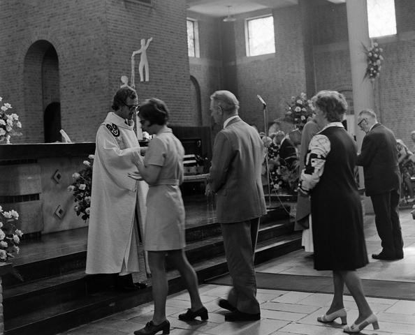 1237_006_246-3_001 - Kerk. Religie. Heilige mis. Eucharistie.   De moderne wijding van Pater J. Wijnen door bisschop Bluyssen in juni 1973.