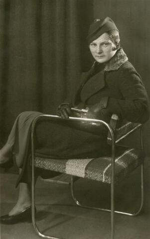 601752 - Josephina Anna Maria (Fien) van Eijck, geboren op 7 augustus 1905 te Tilburg als dochter van aannemer Josef M.C. van Eijck en Joanna J. van Pelt.Fien van Eijck huwde met handelsreiziger Frans J.J. de Bont. Fien van Eijck overleed op Goede Vrijdag 12 april 1974 te Tilburg. Fien van Eijck werd gefotografeerd in de fotostudio van haar zwager Piet van der Schoot.