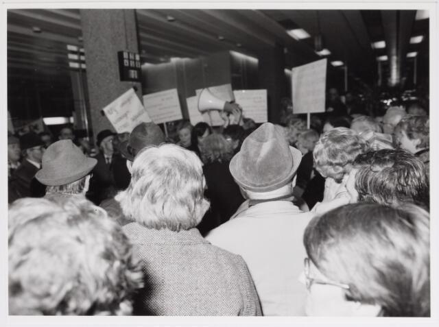 042501 - Demonstratie tegen de gemeentelijke bezuinigingen van de buurtclubhuizen.