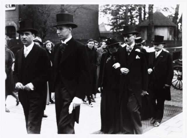 007260 - Alb.F.W.M. Kneepkens (apotheker) en Riet H.C. de Pont. Huwelijksinzegening op 2 mei 1942 te 10.00 in de kerk van het Heilig Hart Noordhoek Tilburg.