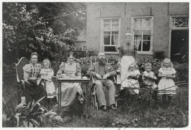 90526 - Personen. Aymery  Raijmond Philippe Victor Baron Girard de Mielet van Coehoorn is burgermeester van Made en Drimmelen. Deze foto is waarschijnlijk genomen bij zijn z.g. blikken bruiloft. Op de achtergrond het huis waarin hij met zijn gezin woont. Nu zou dat Adelstraat 49 in Made zijn. Op de foto vlnr.: Kinderjuffrouw, Antoinette D.L.V.M. van Coehoorn (05-07-1893 Made), Baronesse Cornelie H.L.V.L. van Coehoorn- Scholten van Aschat(1849-1913), Baron Aymery van Coehoorn, dienstmeisje, freule Louise Th.. J. J. van Coehoorn geb. 16-01-1896 Made, jonkheer Aymery Menno J.K.W. van Coehoorn geb. 16-01-1896 Made, freule Margaretha E.L.B. van Coehoorn geb. 06-08-1894 Made.