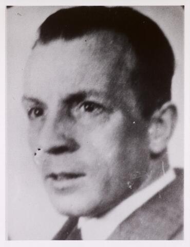 604398 - Tweede Wereldoorlog. Oorlogsslachtoffers. Joannes Franciscus M. de Lepper, werd geboren op 9 december 1898 in Tilburg en overleed op 2 augustus 1942 in Dachau.  De Lepper was lid van de communistische partij (CPN), de enige partij die, toen ze verboden werd door de Duitsers (op 20 juli 1940), de stap heeft gedaan om als partij de illegaliteit in te gaan. Kort na de bezetting besloten de leden van de CPN  in Tilburg (40 tot 50 man) om de illegale krant 'Vrede-Vrijheid' uit te gaan geven. De Duitse inval in de Sovjet-Unie op 22 juni 1941 leidde tot een jacht op communisten in Nederland, met name verspreiders en afnemers van communistische illegale bladen. Met de arrestatie van o.a. Jo de Lepper werd de Tilburgse illegale leiding uitgeschakeld. Maar de uitgave van 'Vrede-Vrijheid' ging gewoon door. De Lepper werd na zijn arrestatie overgebracht naar het kamp Schoorl en vervolgens via Amersfoort en Neuengamme naar Dachau.