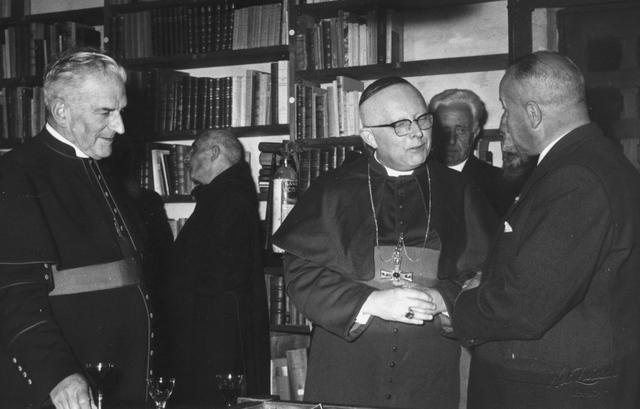105233 - Ontvangst van gasten in de bibliotheek van de Sint Paulusabdij.  Kloosters