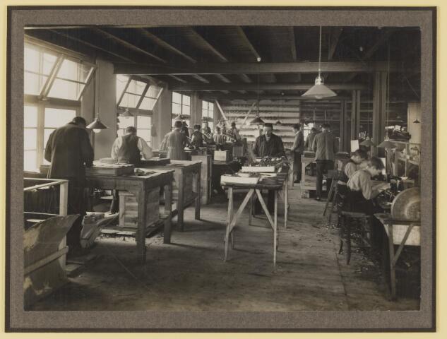 077122 - Schoenfabriek 'Arbo' A. Roosen de Backer te Oisterwijk. tegen de achterwand hangen stanzmessen.