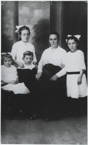 056344 - In het midden Adriana Cornelia van Erven, geboren te Goirle op 16 december 1875, weduwe van slager Kees van Erven en hertrouwt met slager Toon Cunen. Staande links haar dochter Mechelina Cornelia Maria (Lien) van Erven, geboren te Goirle op 25 september 1907, en staande rechts haar dochter Antonetta Gerarda Maria (Net) Cunen, geboren te Goirle op 1 januari 1913. Zittend links Petronella Antonia Hendrika (Nel) Cunen, geboren te Goirle op 14 juni 1915, en Gerardus Antonius Hubertus (Gerard) Cunen, geboren te Goirle op 6 mei 1916.