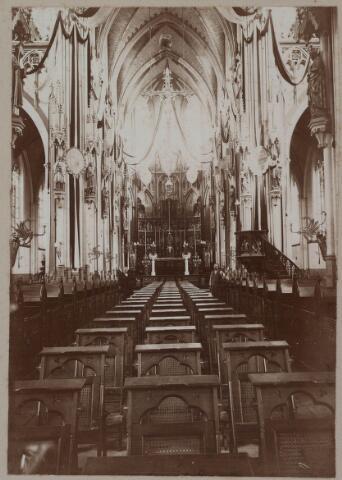 021344 - Interieur St.-Jozefkerk (parochie Heuvel) met versierd altaar ter gelegenheid van het gouden jubileum (1856 - 1906)  van deken Smits