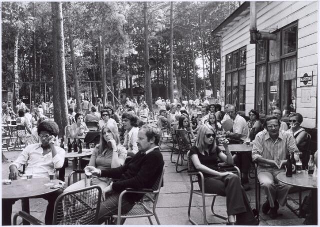 016261 - Dierentuin. Bezoekers van het dierenpark aan de Bredaseweg  drinken een glaasje op het terras. Oorspronkelijk heette het Burgers Dierenpark en werd later overgenomen door de firma Van Dijk. In augustus 1973 werden de poorten gesloten