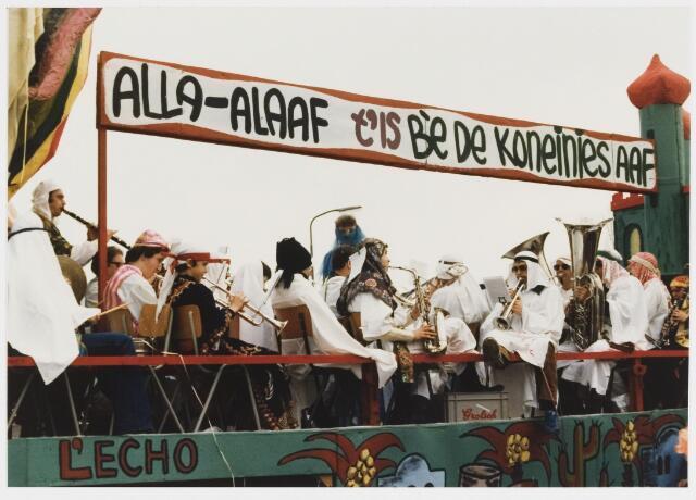 068339 - Carnaval. Ook de was ruim aanwezig bij de carnavalsstoet van 1980. Hier een wagen van Harmonie L'Echo de Montagne.