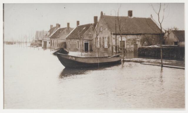 89630 - Overstroming tijdens de watersnood.  Huizen met bootje ZL16