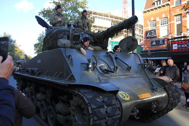 658409 - Tilburg 75 jaar bevrijd. Een optocht met militaire voertuigen en taptoe door de Tilburgse binnenstad op 27 oktober 2019.