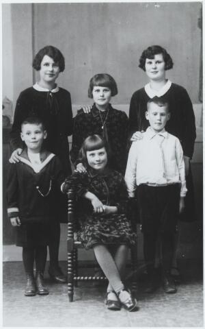056223 - De kinderen van voerman Drik Verhoeven en Anna van Erven. Op de eerste rij v.l.n.r. Hendrik Petrus Charles geb. Goirle 20.10.1924, Adriana Cornelia  (Sjaan) geb.Goirle 6.3.1920 ongehuwd overleden te Tilburg op 30.4.1996, en Johannes Baptist Hendrikus (Jan) geb. Goirle 3.1.1922 aldaar overleden op 30.9.1997 (trouwt Koos Schuurkes). Op de tweede rij v.l.n.r. Maria Petronella Elisabeth (Miet) geb. Goirle 21.2.1914 aldaar overleden 9.2.2000 (trouwt Adriaan van Osch), Johanna Ida Petronella Maria (Johanna) geb. Goirle 6.9.1918 (trouwt Wim van Boxtel) en Petronella Hendrika Josephina Maria (Pieta) geb. Goirle 7.3.1915 (trouwt Mark v.d. Wouw)