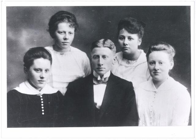 006170 - Kinderen Verschuuren-van Hoof vlnr: Net, An, Karel, Mia, Leta. Foto is genomen op 23 mei 1917 bij gelegenheid van het 30-jarig huwelijk van hun ouders.