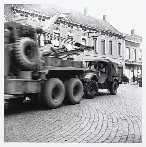 012139 - WO2 ; WOII ; Tweede Wereldoorlog. Een in de strijd beschadigde legerauto wordt afgevoerd