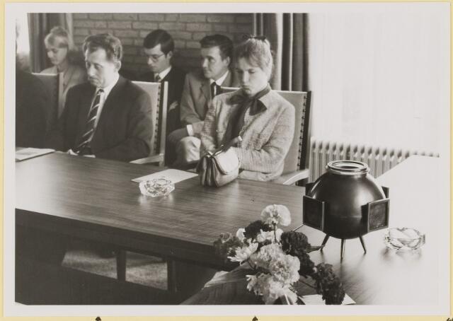 072950 - Opening gemeentehuis door de Commissaris van de Koningin Kortmann.  Bijzondere raadsvergadering. Aandachtige luisteraars toespraak burgemeester C. Becht. Raadsleden. F. Waijers, mevrouw Kroese. Personeel secretarie