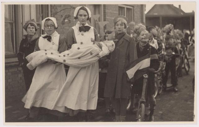 042699 - Deelnemertjes aan een kinderoptocht op 1 februari 1938 ter gelegenheid van de geboorte van prinses Beatrix